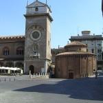 Rotonda di San Lorenzo e Torre dell'orologio in Piazza delle Erbe