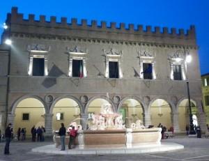 Palazzo Ducale di sera con la fontana in primo piano.